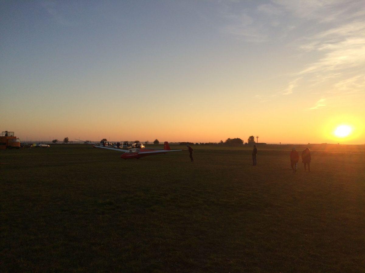 ASK 13 startbereit kurz vor Sonnenuntergang