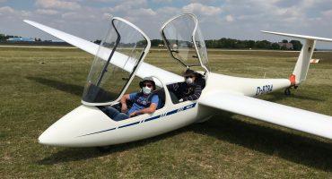 Mit Mundschutz im Cockpit